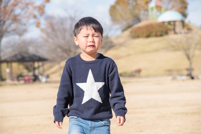 公園で泣いている男の子